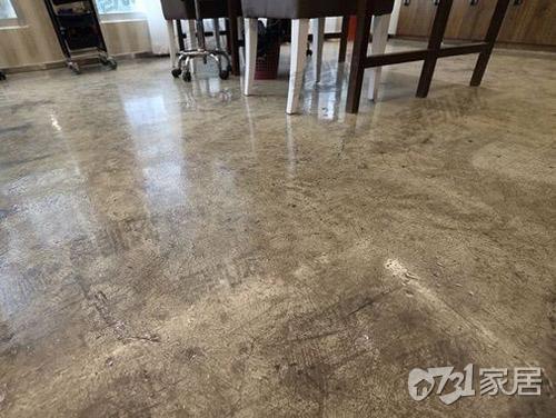 现在很多家庭装修不铺瓷砖地板了,这样的地板更流行