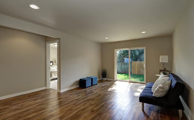 现实中门和地板采购于不同的商家,应该先铺木地板还是先装门?